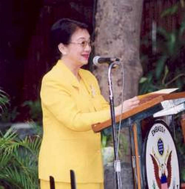 a biography of corazon aquino cory the first woman president of the philippines